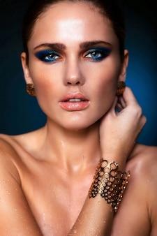 Zaubernahaufnahmeporträt des schönen sexy kaukasischen modells der jungen frau mit den saftigen lippen, helles blaues make-up, mit perfekter sauberer haut
