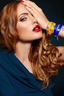 Zaubernahaufnahmeporträt des schönen sexy stilvollen blonden kaukasischen modells der jungen frau mit hellem make-up, mit den roten lippen