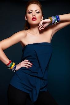 Zaubernahaufnahmeporträt des schönen sexy stilvollen blonden kaukasischen modells der jungen frau mit hellem make-up