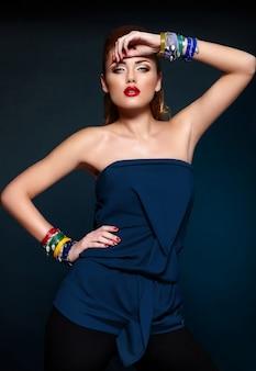 Zaubernahaufnahmeporträt des schönen sexy stilvollen blonden kaukasischen modells der jungen frau