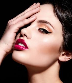 Zaubernahaufnahmeporträt des schönen sexy stilvollen kaukasischen modells der jungen frau mit hellem make-up, mit den roten lippen, mit perfekter sauberer haut