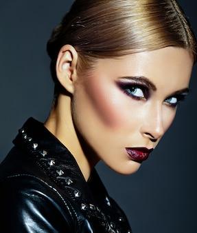 Zaubernahaufnahmeporträt des schönen sexy stilvollen kaukasischen modells der jungen frau mit hellem modernem make-up, mit den dunkelroten lippen, mit perfekter sauberer haut