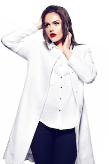 Zaubernahaufnahmeporträt des schönen sexy stilvollen modells der jungen frau des brunettegeschäfts