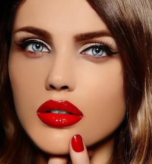 Zaubernahaufnahmeportrait des schönen reizvollen stilvollen kaukasischen baumusters der jungen frau mit den roten lippen