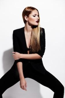 Zauberporträt des schönen sexy stilvollen kaukasischen modells der jungen frau im schwarzen stoff mit hellem make-up