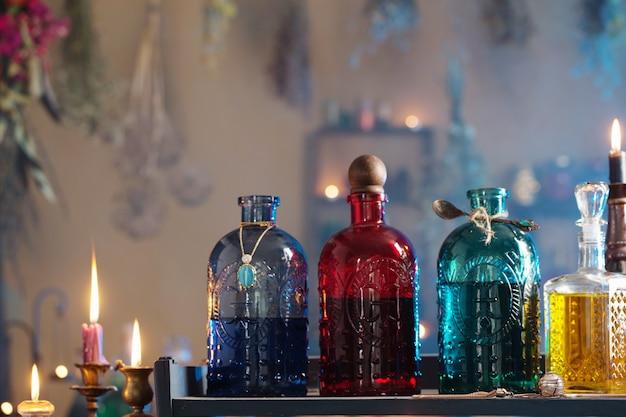 Zaubertränke im hexenhaus mit brennenden kerzen in der nacht