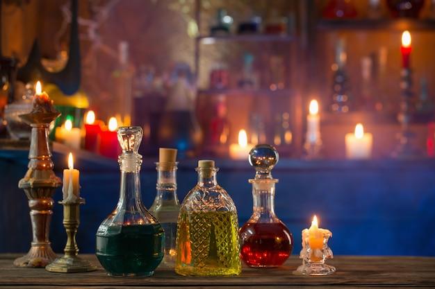 Zaubertränke in flaschen auf hölzernem hintergrund