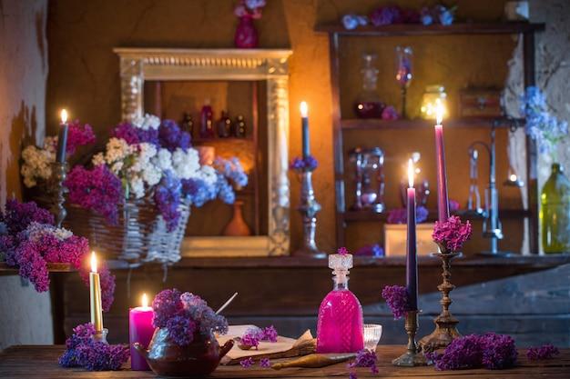 Zaubertrank aus lila blumen im haus der hexe