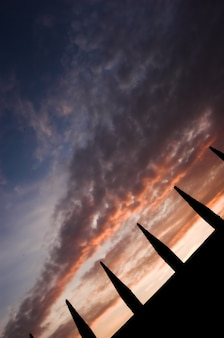 Zaun silhouette mit himmel im hintergrund