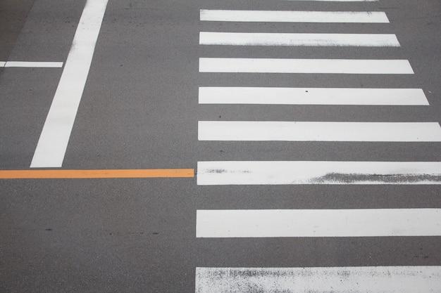 Zebrastreifen auf der straße in japan, für sicherheitsleute, wenn leute die straße überqueren.