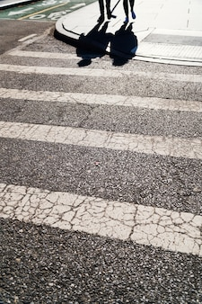 Zebrastreifen bei sonnigem wetter