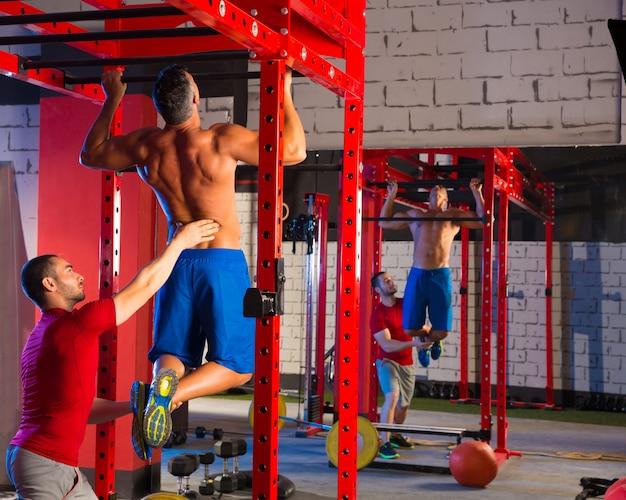 Zehen, um den persönlichen trainer des pull-ups zu blockieren