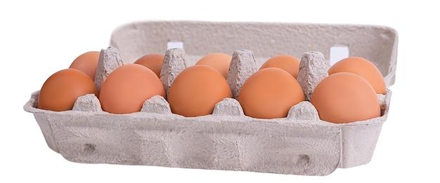 Zehn braune eier in einem karton.