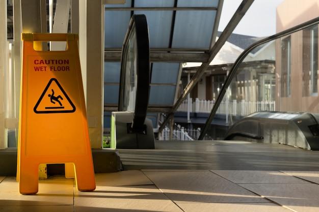 Zeichen, das warnung des nassen bodens der vorsicht zeigt