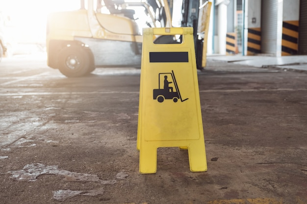 Zeichen, das warnung vor vorsichtstaplern bei industriellem für sicherheit zeigt.