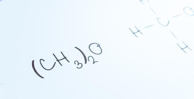 Zeichen der chemischen formel der handschrift auf dem weißen brett der collage