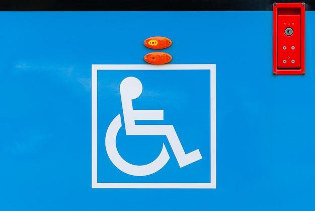 Zeichen für behinderte an der öffentlichen verkehrsmitteln der stadtbahn