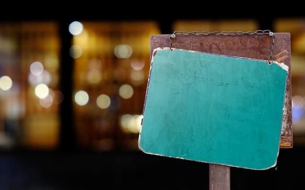 Zeichen hängen außerhalb eines restaurants, ladens, büros oder sonstigem
