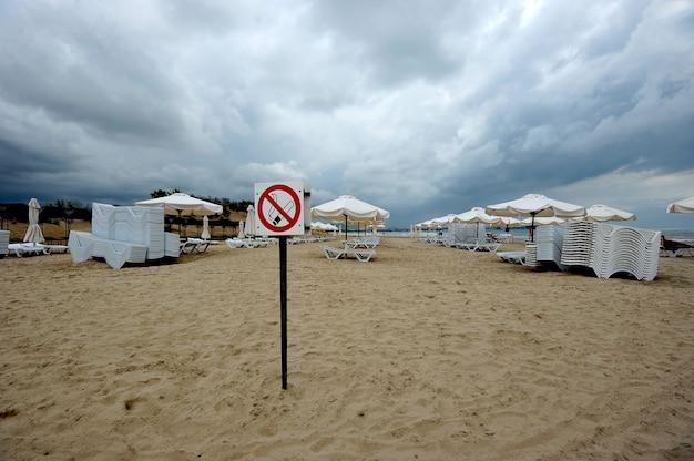 Zeichen rauchen ist an einem einsamen strand in anapa verboten