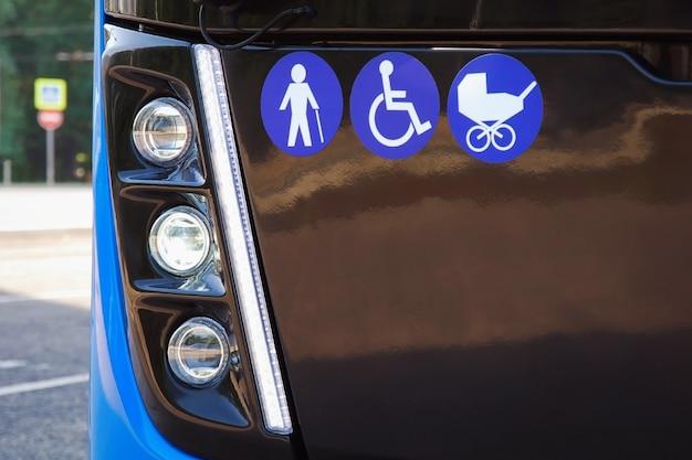 Zeichen von älteren menschen, behinderten und kinderwagen im stadtbus - öffentliche verkehrsmittel für senioren und menschen mit behinderungen und kinder zugänglich