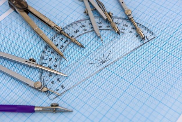 Zeichenausrüstung mit blauem millimeterpapier