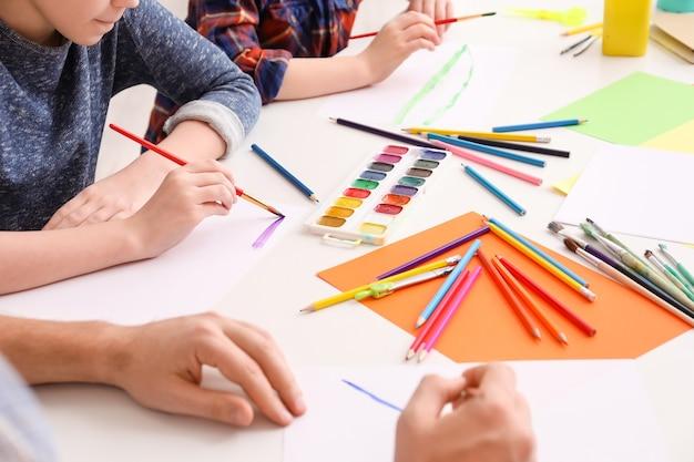 Zeichenlehrer, der zu hause privatunterricht gibt