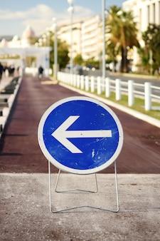Zeichenumweg auf der fahrbahn der stadt
