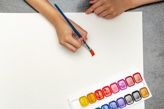 Zeichenunterricht im kindergarten. kinder malen mit wasserfarben. platz kopieren