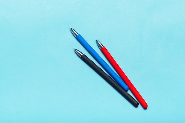 Zeichnen sie auf einer blauen tischplatteansicht, bürodesktop, büroartikel an