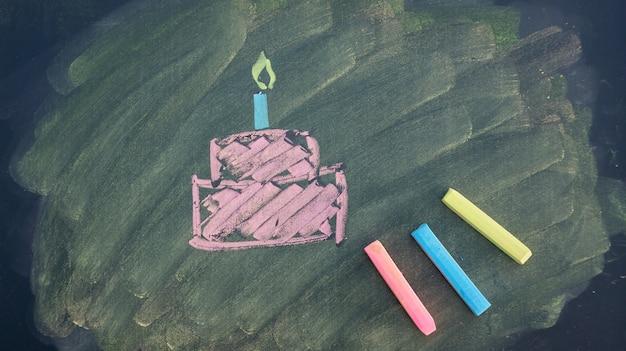 Zeichnen sie ein geburtstagskuchen bild von kreide pastelle