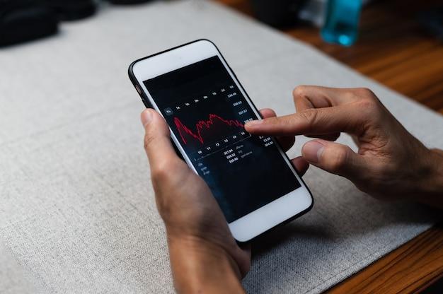 Zeichnen sie handel forex-geschäftsinvestitionen auf dem bildschirm des mobiltelefons auf