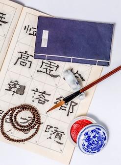 Zeichnen sie übende weiße japanische kalligraphiefarbe