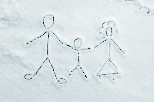 Zeichnung der familie auf schnee
