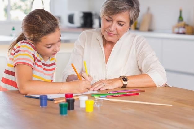 Zeichnung des kleinen mädchens mit ihrer großmutter fokussiert
