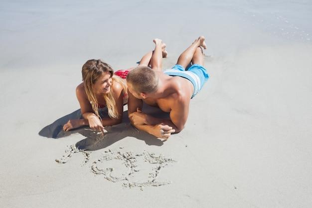 Zeichnung des liebevollen paares im sand