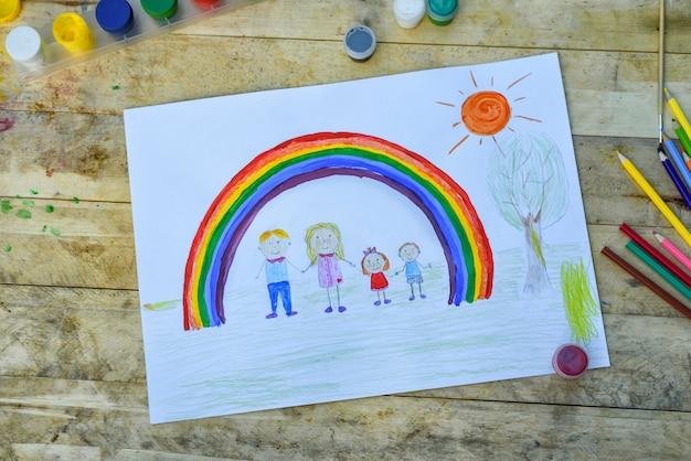 Zeichnung von eltern und kindern händchen haltend