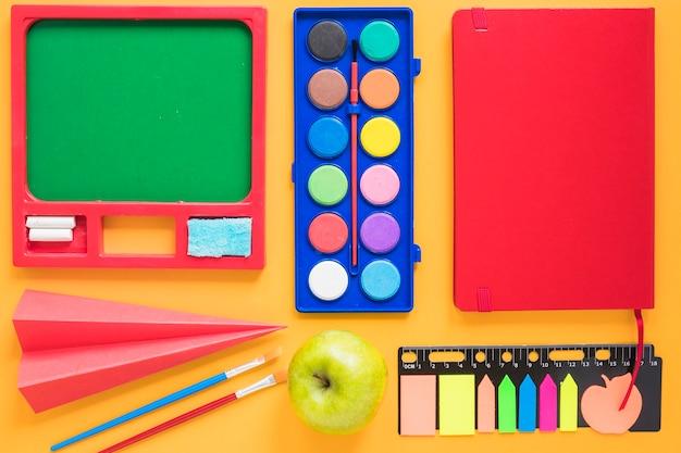 Zeichnungsbriefpapier organisiert auf tabelle