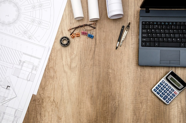 Zeichnungstechnik werkzeuglager laptop auf dem tisch