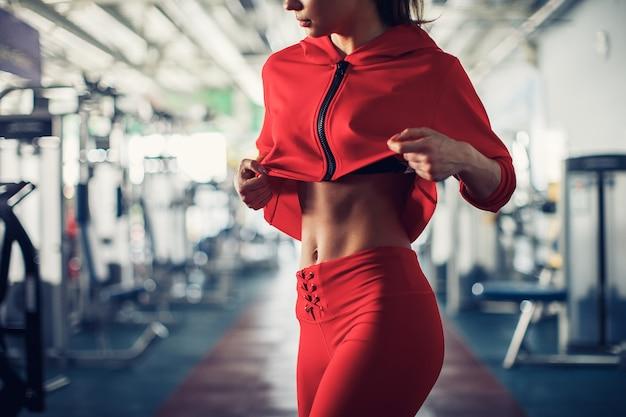Zeige einige starke bauchmuskeln und flachen bauch