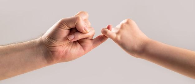 Zeige freundschaft und vergebung. freundschaft von generationen. vater, tochter hand machen versprechen freundschaft konzept. kind haken kleinen finger zusammen.