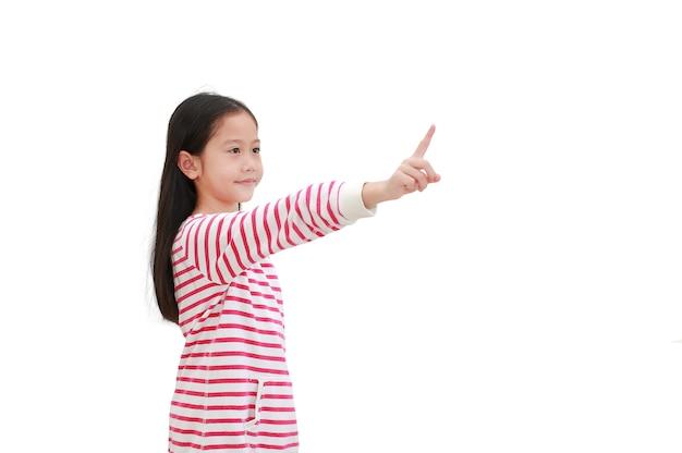 Zeigefinger des asiatischen kleinen mädchens, das einen imaginären knopf auf weiß drückt