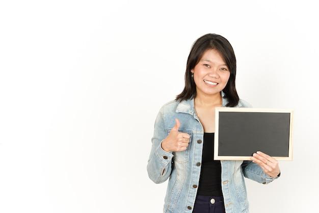 Zeigen präsentieren und halten einer leeren tafel der schönen asiatischen frau mit jeansjacke