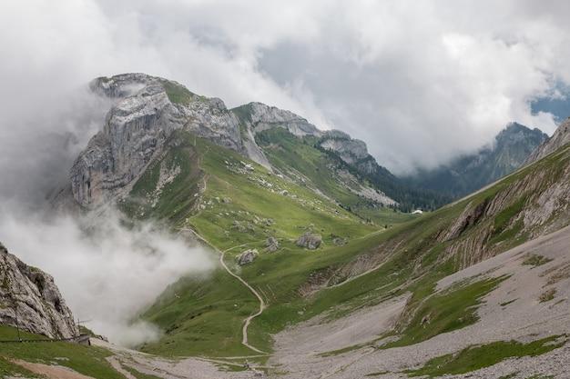 Zeigen sie die bergszene vom oberen pilatus kulm im nationalpark luzern, schweiz, europa an. sommerlandschaft, sonnenscheinwetter, dramatischer himmel und sonniger tag