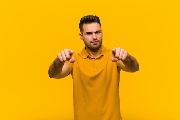 Zeigen sie mit beiden fingern und wütendem gesichtsausdruck nach vorne in die kamera und fordern sie sie auf, ihre pflicht zu erfüllen