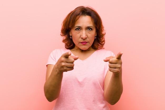 Zeigen sie mit beiden fingern und wütendem gesichtsausdruck nach vorne und fordern sie sie auf, ihre pflicht zu erfüllen