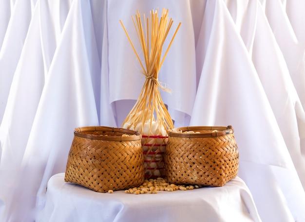 Zeigen sie sojabohnenprotin im bambusrattankorb auf weißem stoff an