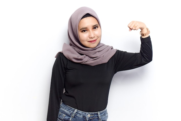 Zeigen stärke und steigen arme von schönen muslimischen asiatischen frauen kleid schleier oder hijab und schwarzes hemd