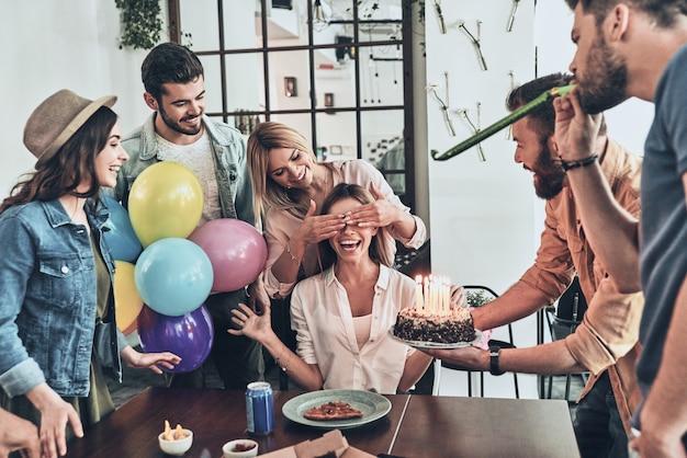 Zeit, einen wunsch zu äußern. gruppe glücklicher menschen, die unter freunden geburtstag feiern und lächeln