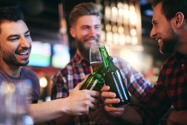 Zeit für bier mit freunden in der kneipe