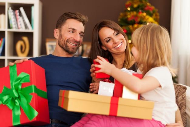 Zeit für die eröffnung von weihnachtsgeschenken